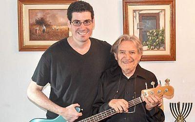 Lazar Wall, à gauche, a écrit une chanson pour Freddy Glatt, survivant de la Shoah (Crédit :  Marcus Gilban)