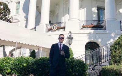 Patrick Casey, dirigeant du groupe suprématiste blanc et antisémite Identity Evropa, vu à la Maison Blanche le 7 novembre 2018. (Crédit : Twitter via JTA)