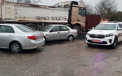 """Des voitures endommagées à Jérusalem-Est à côté d'un camion où les mots """"Plus jamais de terrorisme palestinien"""" ont été écrits, le 23 novembre 2018 (Crédit : Porte-parole de l'armée israélienne)"""