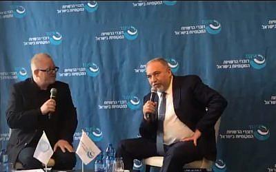 L'ancien ministre de la Défense Avigdor Liberman lors d'une conférence à Netanya, le 22 novembre 2018 (Capture d'écran)