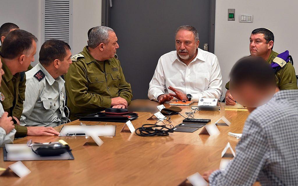 Le ministre de la Défense Avigdor Liberman  (au centre) rencontre le chef de l'armée israélienne Gadi Eizenkot, le chef des services de sécurité du Shin Bet et autres hauts responsables de la Défense au siège de l'armée à Tel Aviv, le 11 novembre 2018. (Crédit : Ariel Hermoni/Ministère de la Défense)