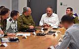 Le ministre de la Défense Avigdor Liberman  rencontre le chef de l'armée israélienne Gadi Eizenkot, le chef des services de sécurité du Shin Bet et autres hauts responsables de la Défense au siège de l'armée à Tel Aviv, le 11 novembre 2018 (Crédit : Ariel Hermoni/Ministère de la Défense)
