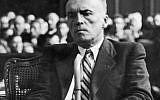 Affaibli et émacié après sa déportation au camp de Mauthausen, Georges Loustaunau-Lacau témoigne au procès de Philippe Pétain en 1945 (domaine public)