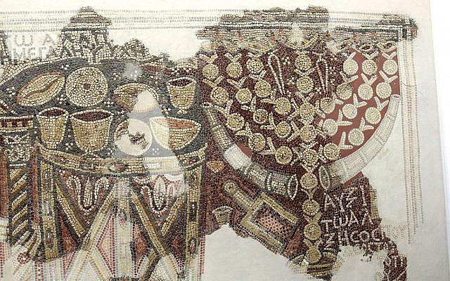 Une mosaïque du troisième siècle d'une synagogue samaritaine présentée au musée du Bon Samaritain (Crédit :  Shmuel Bar-Am)