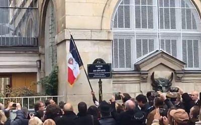 """La """"place des 260 enfants"""" a été inaugurée le 15 novembre sur le parvis de l'école des Hospitalières Saint-Gervais près de la rue des Rosiers (Crédit: capture d'écran Anne Hidalgo/Twitter)"""