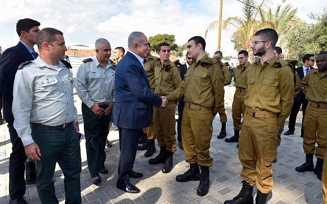 Le Premier ministre Benjamin Netanyahu parle à un groupe de nouvelles recrues au centre d'incorporation de Tel Hashomer près de Tel Aviv, le 26 novembre 2018 (Crédit : Ariel Hermoni/ministère de la Défense)