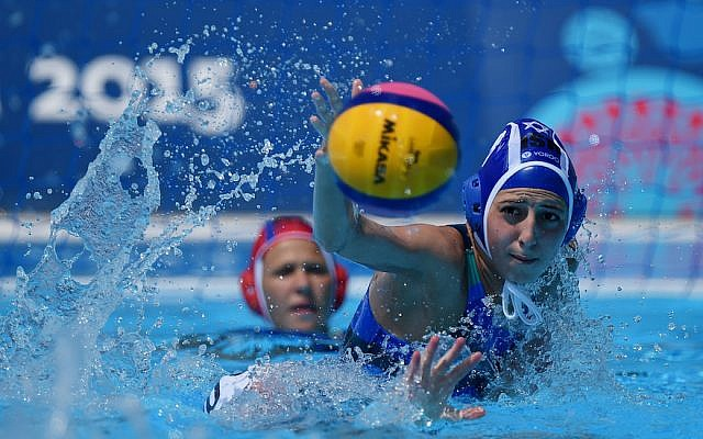 La joueuse israélienne Lior Ben David, (au premier plan), lors d'un match aux Jeux européens de Bakou 2015 à la Water Polo Arena à Bakou, Azerbaïdjan, le 15 juin 2015. (Matthias Hangst/Getty Images pour BEGOC/via JTA)