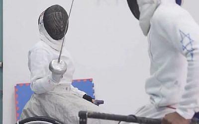 L'escrimeur Matuko Rada  que deux balles tirées par des terroristes ont condamné à la chaise roulante vise aujourd'hui les Paralympiques de 2020 (Crédit: capture d'écran Beit Loshem/Youtube)