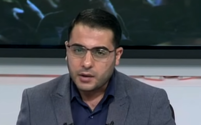 Un animateur de la chaîne de télévision Al-Aqsa du Hamas peu avant que le bâtiment de la station ne soit détruit par une frappe israélienne, le 12 novembre 2018 (Crédit : capture d'écran)