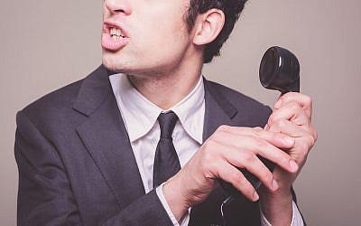 Photo d'illustration : Un commercial lors d'une arnaque téléphonique (Crédit : lolostock/iStock)