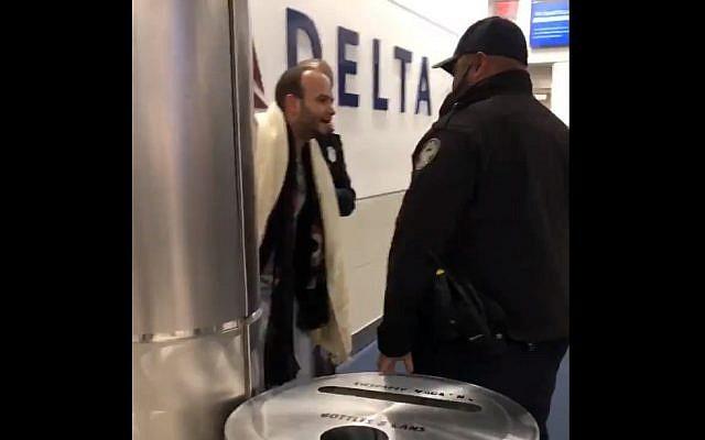 Le passager arrêté après un vol de la Delta Airlines, au mois de novembre 2018 (Crédit :  Facebook)