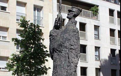 Hommage au capitaine Dreyfus est une statue de l'artiste français Louis Mitelberg, installée place Pierre-Lafue, Paris (Crédit: Ashrane/Wikimedia Commons)