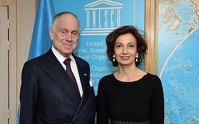 Le président du Congrès juif mondiale Ronald S. Lauder et la directrice-générale de l'UNESCO Audrey Azoulay au siège de l'UNESCO à Paris, le 19 novembre 2018. (Crédit : Shahar Azran)