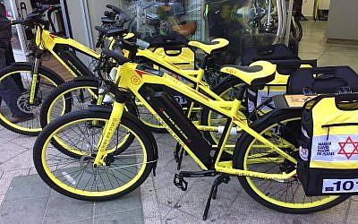 Vélo médicalisé et électrique du Magen David Adom qui permettent aux volontaires non-actifs de se rendre sur les lieux d'un accident rapidement, en attendant l'arrivée de l'ambulance (Crédit: Ariel El Maleh MDA)