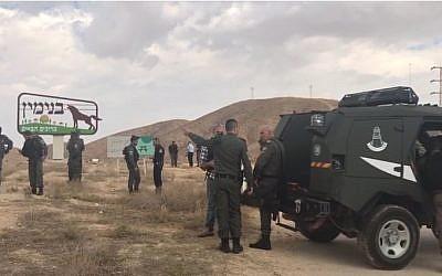 La police sur les lieux d'un incident au cours duquel une Palestinienne a dégainé une paire de ciseaux devant des policiers avant d'être blessée par balles et arrêtée, près de l'implantation de Mishor Adumim, le 6 novembre 2018. (Crédit : police israélienne)