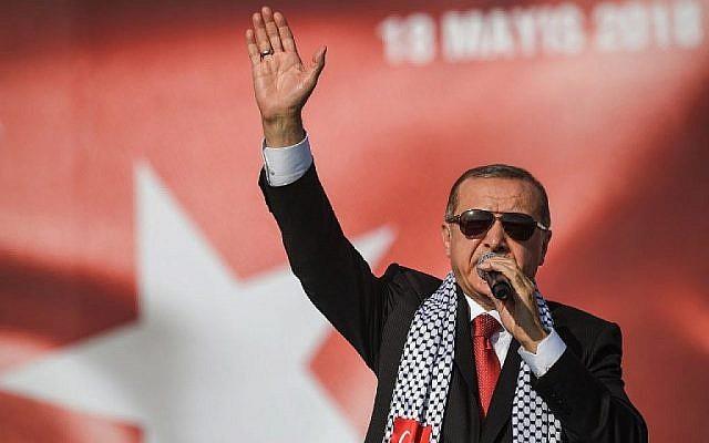 Le président turc Recep Tayyip Erdogan lors d'un rassemblement pro-palestinien à Istanbul, le 18 mai 2018 (Crédit :  AFP Photo/Ozan Kose)