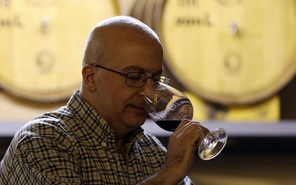 Alaa Mansur, directeur de la production au vignoble Haddad, goûte un échantillon a l'Eagle Distilleries, en Jordanie, le 31 octobre, 2018. (Crédit : KHALIL MAZRAAWI / AFP)