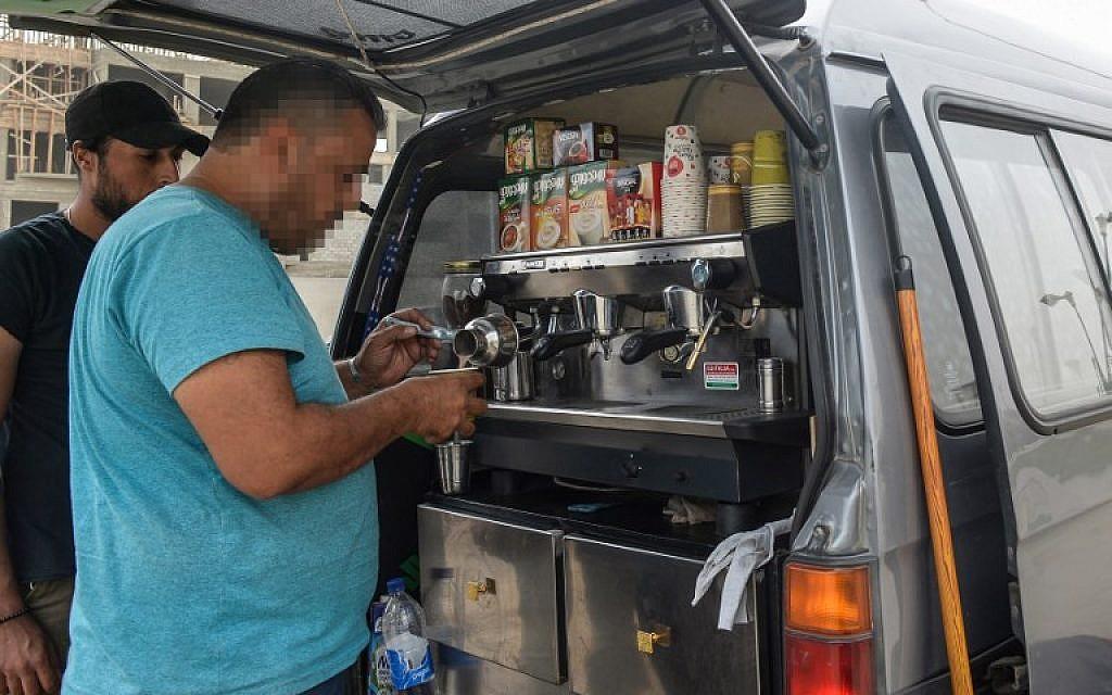 Un réfugié syrien prépare un café dans son camion, au Caire, le 23 octobre 2018. (Crédit : Mohamed el-Shahed / AFP)