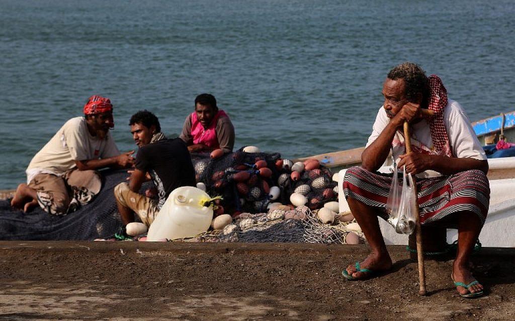 Des pêcheurs yéménites attendent sur le rivage de la mer Rouge dans la ville Hodeida, le 25 novembre 2018. (Crédit : STR / AFP)