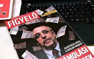 La couverture d'un magasine hongrois 'Figyelo' (Attention) montre Andras Heisler, hchef de la fédération des communautés juives hongrois, entouré de billets de banque, le 30 novembre 2018. (Crédit : ATTILA KISBENEDEK / AFP)