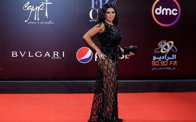 L'actrice égyptienne Rania Youssef pose sur le tapis rouge pour la cérémonie de clôture de la 40e édition du festival du film au caire, le 29 novembre 2018. (Crédit : Suhail SALEH / AFP)
