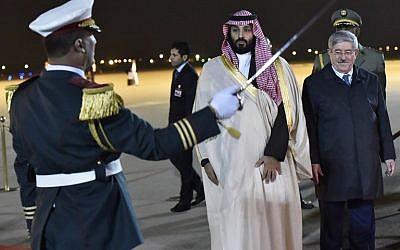 Le prince héritier saoudien Mohammed ben Salmane (au centre) reçu par le Premier ministre algérien Ahmed Ouyahia (à droite) à l'aéroport d'Alger, le 2 décembre 2018. (Crédit :  RYAD KRAMDI / AFP)