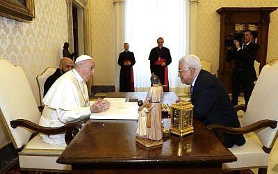 Le pape François reçoit le président de l'Autorité palestinienne Mahmoud Abbas, au Vatican le 3 décembre 2018. (Crédit : Andrew Medichini / POOL / AFP)
