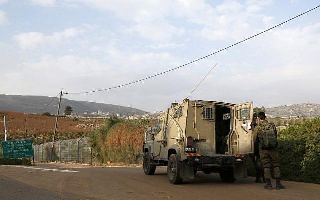 Des soldats israéliens devant un véhicule militaire près de Metula, le 4 décembre 2018. (Crédit : JALAA MAREY / AFP)