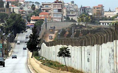 This picture taken on December 4, 2018 Le village de Kfar Kila au sud du Liban, montre la frontière avec Israël, le 4 décembre 2018. Des véhicules israéliens sont visibles à droite et des véhicules libanais et des Nations unies à gauche. (Crédit :Ali DIA / AFP)