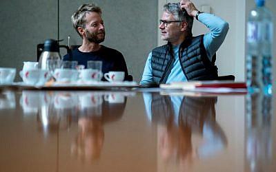 """Le compositeur autrichien Johannes Maria Staud, à gauche, et le librettiste allemand évoquent """"Die Weiden"""" (The Willows) qui se jouera à l'opéra de Vienne pendant un entretien avec l'AFP, le 4 décembre 2018 (Crédit : JOE KLAMAR / AFP)"""