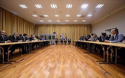 La ministre des Affaires étrangères suédoise Margot Wallstrom et l'envoyé spécial de l'ONU au Yemen Martin Griffiths et les délégations du gouvernement yéménite et des rebelles houthis durant les négociations de paix à Rimbo, en Suède, le 7 décembre 2018. (Crédit : Stina STJERNKVIST / TT News Agency / AFP)