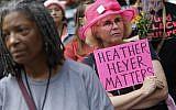 (FILES) Une femme brandit une pancarte à la mémoire de Heather Heyer à une veillée à Chicago en mémoire des victimes des affrontements du jour précédent à Charlottesville, Virginie. (Photo by Joshua Lott / AFP)
