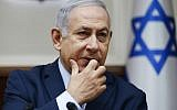 Le Premier ministre israélien Benjamin Netanyahu lors de la réunion hebdomadaire de cabinet à Jérusalem, le 9 décembre 2018 (Crédit : Oded Balilty / POOL / AFP)