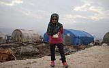 La petite syrienne Maya Merhi au camp arès une intervention pour placer des prothèses aux jambes, le 9 décembre 2018. (Crédit : Aaref WATAD / AFP)