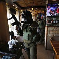 Des soldats israéliens dans un restaurant pendant un raid à Ramallah, le 10 décembre 2018, après un attentat terroriste en Cisjordanie. (Crédit : ABBAS MOMANI / AFP)