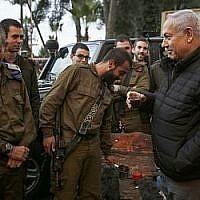 Le Premier ministre Benjamin Netanyahu (à droite) rencontre des soldats dans la ville de Safed, au nord du pays, le 11 décembre 2018. (Jalaa Marey/AFP)