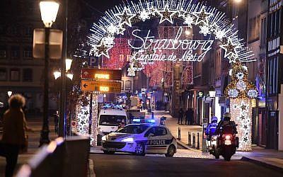 Une voiture de police patrouille dans les rues de Strasbourg après une fusillade le 11 décembre 2018. (Crédit : Frederick FLORIN / AFP)