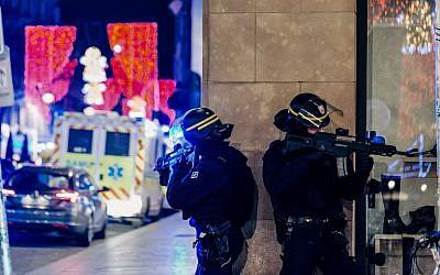 Des policiers montent la garde à à Strasbourg, après une fusillade qui a touché cette ville de l'est de la France, le 11 décembre 2018 (Crédit :  Abdesslam MIRDASS / AFP)