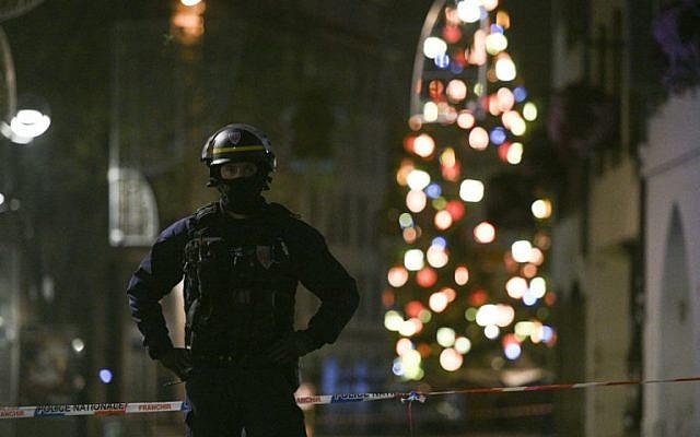 Un policier patrouille rue des Grandes Arcades à Strasbourg,   après une fusillade le 11 décembre 2018. (Crédit : SEBASTIEN BOZON / AFP)