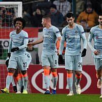Le milieu de terrain brésilien de Chelsea Willian (G) est félicité par ses coéquipiers Ross Barkley, Álvaro Morata et Davide Zappacosta (D) après avoir marqué lors d'un match de football du Groupe UEFA Europa League entre MOL Vidi FC et Chelsea le 13 décembre 2018, à Budapest, Hongrie. (Attila Kisbenedek/AFP)