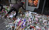 Des bougies à un mémorial artisanal en hommage aux victimes de Cherif Chekatt, le 14 décembre 2018, au marché de noël de Strasbourg, le 14 décembre 2018 (Crédit :  Patrick HERTZOG / AFP)