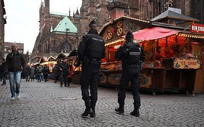 Les gendarmes patrouillent au marché de Noël de Strasbourg, le jour sa réouverture, le 14 décembre 2018 (Crédit : Patrick HERTZOG / AFP)