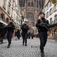 Illustration : des policiers patrouillent dans les rues de Strasbourg le 14 décembre 2018, après la réouverture du marché de Noël, à Strasbourg, temporairement fermé à cause d'un attentat. (Crédit : SEBASTIEN BOZON / AFP)