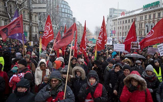 Les manifestants lors d'un rassemblement organisé au premier anniversaire de la coalition gouvernementale formée entre les conservateurs et le parti de la Liberté d'extrême droite, le 15 décembre 2018 (Crédit :  ALEX HALADA / AFP)