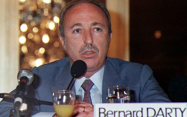 Sur cette photo d'archives prise le 5 mars 1988, Bernard Darty, président du directoire de Darty, le leader français de la distribution d'appareils électroménagers et électroniques, prononce un discours lors d'une réunion à Paris. (Crédit : GERARD FOUET / AFP)