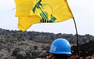 Photo prise le 16 décembre dans le village de Meiss al-Jabal on December 16, 2018.La FINUL observe les opérations d'excavation par l'armée israélienne du côté israélien de la frontière. A droite, un drapeau du Hezbollah.(Crédit : AP/Mahmoud Zayyat/AFP)