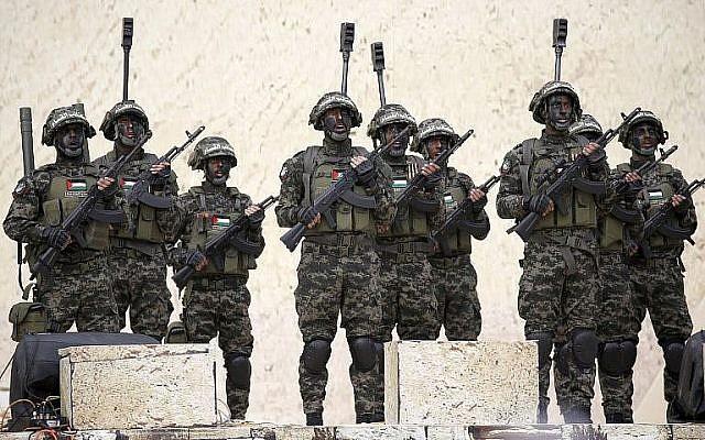 Des combattants palestiniens des brigades Ezzedine al-Qassam, aile militaire de l'organisation terroriste du Hamas, lors d'un rassemblement à Gaza  City le 16 décembre 2018 (Crédit :  Said Khatib/AFP)