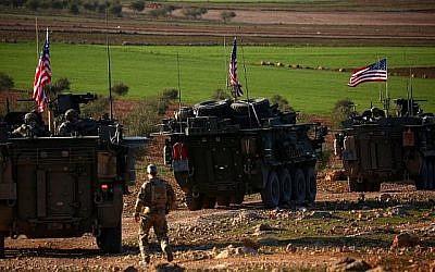 Des véhicules blindés des forces américaines circulent près du village de Yalanli, à la périphérie ouest de la ville de Manbij, au nord de la Syrie, le 5 mars 2017. (DELIL SOULEIMAN/AFP)