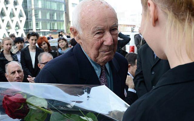 """Simcha """"Kazik"""" Rotem, 89 ans, lors d'une visite à Varsovie, à l'endroit même où lui et des douzaines de camarades avaient fui les nazis pendant le soulèvement du ghetto, 70 ans après, le 18 avril 2013 (Crédit :  Janek SKARZYNSKI / AFP)"""