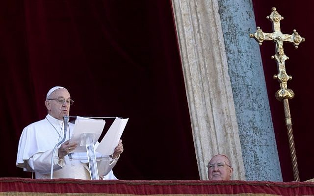 Le Pape François prononce son traditionnel Urbi et Orbi depuis la  place Saint Pierre, au Vatican, le 25 décembre 2018. (Crédit : Tiziana FABI / AFP)